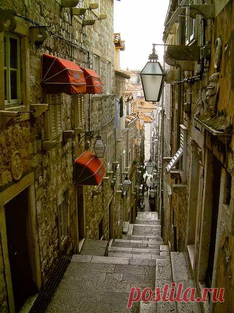 Такие узкие улочки можно встретить в Дубровнике, Хорватия