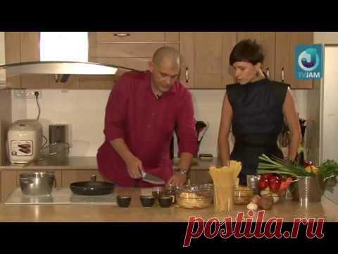 Пасту с помидорами и сыром готовит Серж Маркович.  YouTube