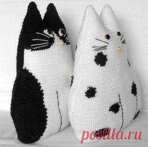 Вязание очаровательных и удобных подушек-котиков