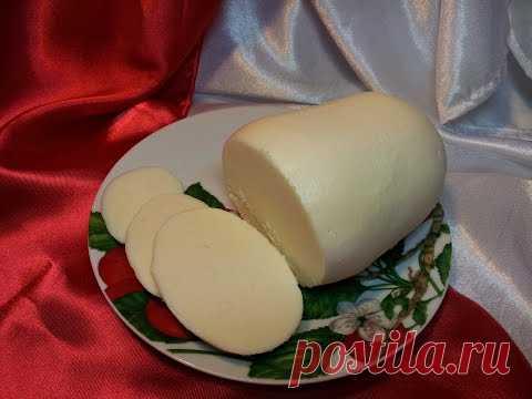 La mantequilla de casa de la crema agria, la nata. La mantequilla en las condiciones de casa
