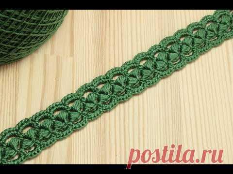 La labor de punto por el gancho del encaje de cinta en base al cordón de los postes Crochet pomposos