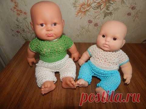La ropa para las muñecas por el gancho. Los pantalones para el muñeco.