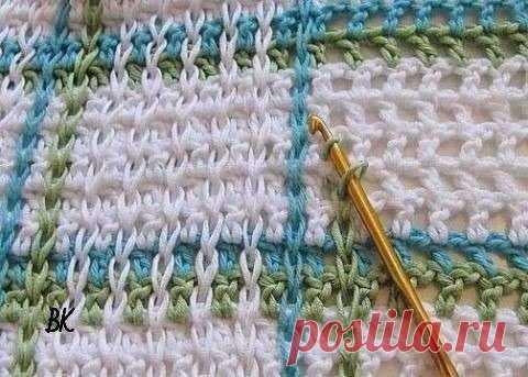 Идея для вязания  Интересная идея для вязания крючком полотна. Может пригодится для пледов, ковриков, сумок, а возможно, и для некоторых видов одежды. Для юбки, например. Причем, идея очень простая. Полотно вяжется филейной сеткой по принципу: 1 пуская клетка равна 1-й воздушной петле и 1-му столбику с накидом. А затем с помощью крючка эти пустые клетки «заштриховываются» вертикальными цепочками из воздушных петель (впрочем, с таким же успехом это можно назвать соединитель...
