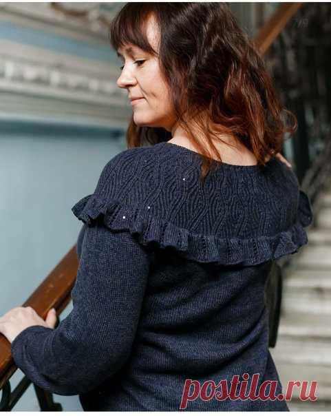 Здравствуйте! Вечерний пуловер связан из бобинной пряжи с пайеткам 80% хлопок, 20% кашемир, спицы 2.75. Пуловер связан по схеме пуловера ,, Undulating Lines,, (в интернете есть полное описание пуловера, легко найти по названию) от себя добавила кокетливую рюшку по завершению кокетки.