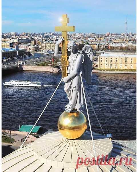 Ангел, венчающий купол церкви Святой Екатерины на Васильевском острове