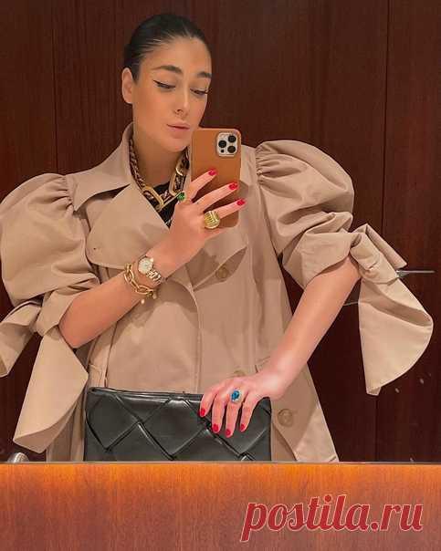 Настроение: пятница вечер💫 Подсмотрено у модного блогера Ирмы Огановой @hey_irma, которая выбрала для выхода тренч Simone Rocha x H&M 📸 А какие у вас сегодня планы? #HMMood