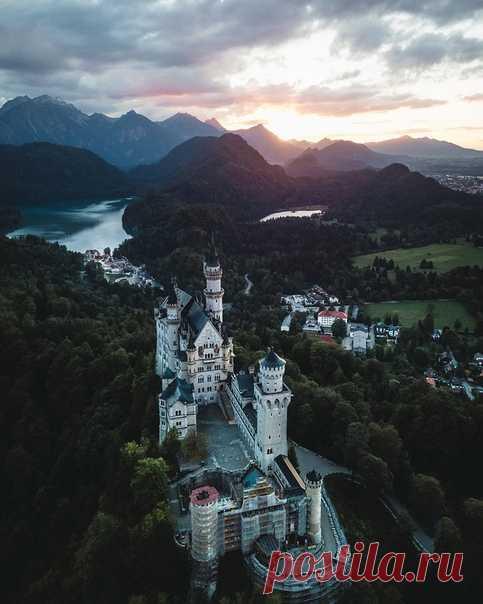 Замок Нойшванштайн в лучах закатного солнца, Германия. Фотограф – Borsch: nat-geo.ru/community/user/209651 Спокойной ночи.