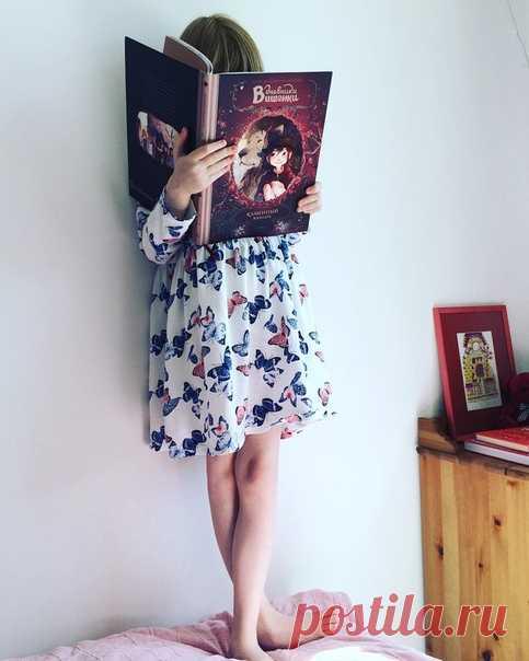Сегодня в рубрике #миф_читатель дочка пользователя @nedremska читает стоя, чтобы книжку не отобрала младшая сестра. Значит книга абсолютно точно хорошая 😊 → mif.to/vkvishenka1