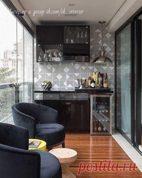 Просторный балкон с баром