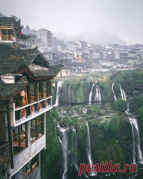 Фуронг - древний город, висящий на водопаде.