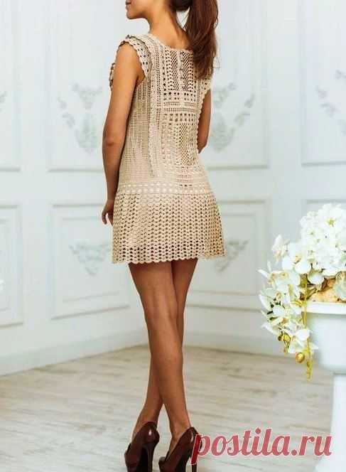 Вязать крючком бежевое платье с пуговицами спереди. Современные вязаные платья крючком