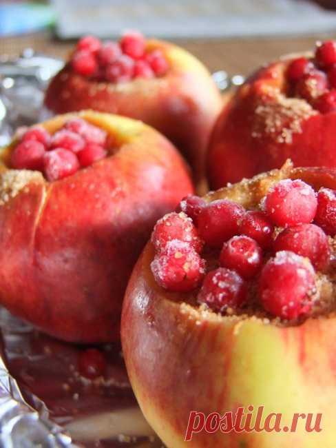 Десерт из яблок с клюквой на пару.