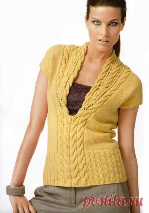 Актуальная на все времена модель вязаной безрукавки. Глубокий вырез украшен узором из кос.