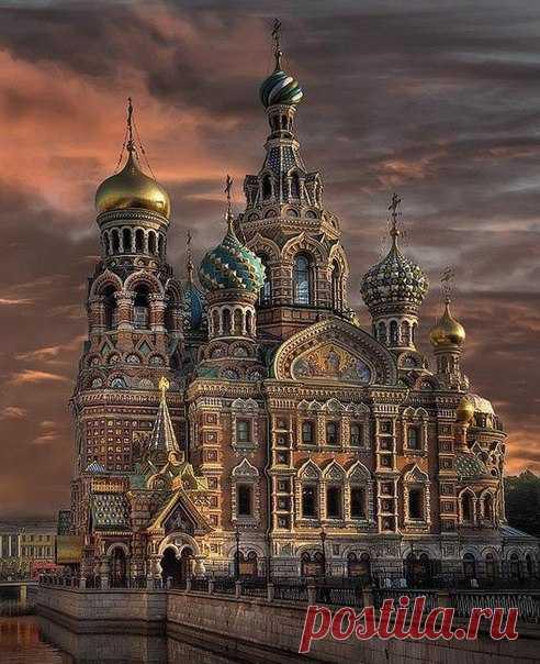 Питер прочти, полезно знать... 7 загадок Спаса-на-Крови. Храм, построенный в память о гибели Александра II по проекту архитектора Альфреда Парланда, считается одной из главных достопримечательностей города на Неве. Однако горожане не знают, что Спас-на-Крови хранит множество мистических загадок и тайн - рассказываем, как храм превратился в морг и повлиял на распад СССР, где хранится икона, способная предсказывать будущее, и почему кресты хранятся под водой. 1. Подводные кресты Спаса-на-Крови.…