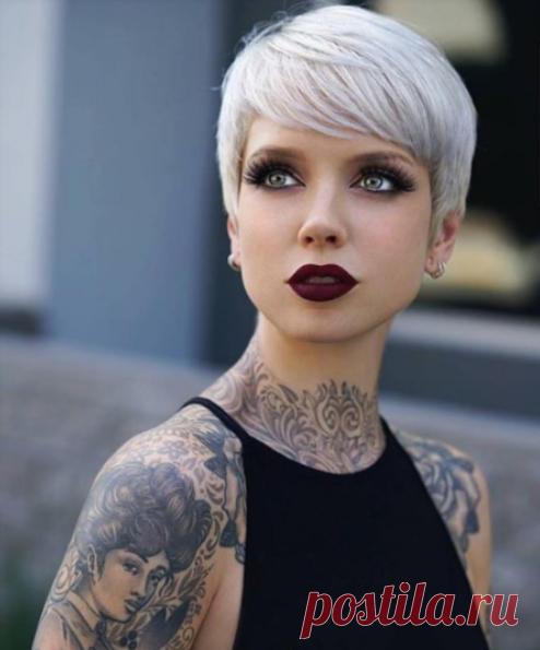 Любите свои волосы и помаду 😍 Красивая девушка с потрясающим платиновым эльфом🌝
