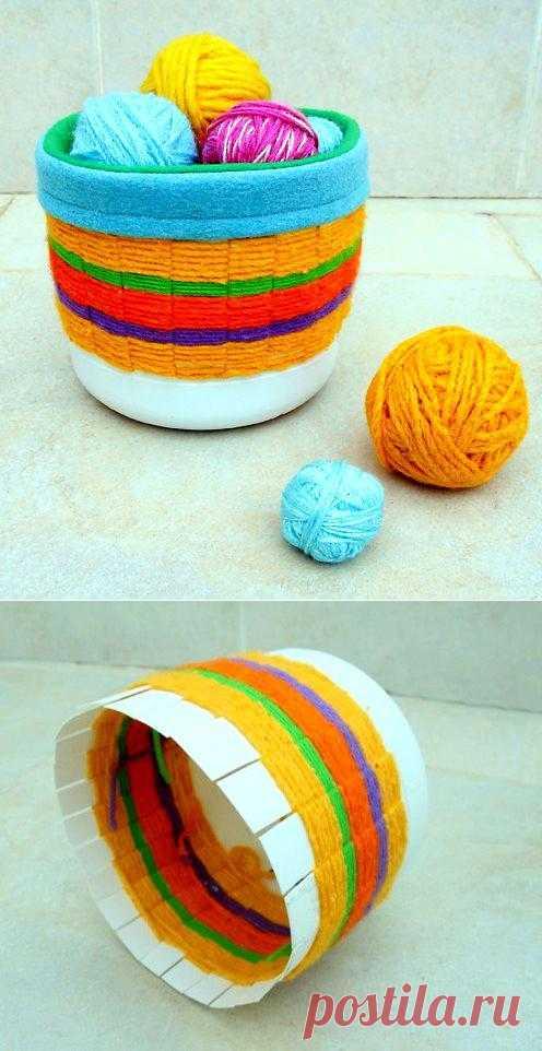 Красочная плетеная корзинка для различных вещей. В копилку идей хозяйки.