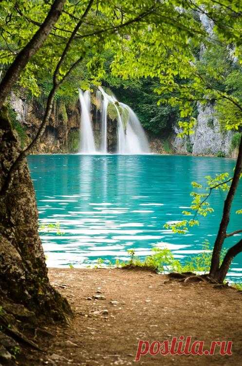 Это воистину райское место находится в горах Хорватии. 140 водопадов, 20 пещер, уникальный буковый и хвойный лес и 16 прекрасных озёр с читейшей водой. Национальный парк Плитвицкие озера, Хорватия