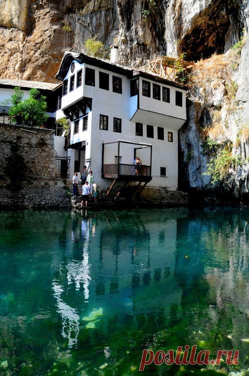 Entre las rocas y las cascadas. La ciudad Blagazh vieja, la Bosnia y Herzegovina