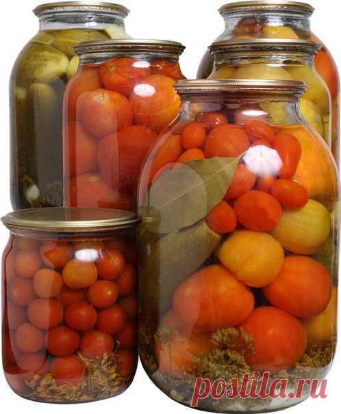 Помидоры сладко-острые ======================= Ни 3-литровую банку:  небольшие спелые помидоры,  2 репчатых луковицы, 4 дольки чеснока, 3 сладких перца, 1 острый перец  заливка: 1,5 л воды,  по 2 ст. л. 9%-ного уксуса и соли, 4 ст. л. сахара, 3 лавровых листа.  7-8 горошин черного перца.  Все овощи вымойте и обсушите. На дно каждой банки сложите перец целиком, с плодоножками и семенами, лук, чеснок и помидоры. Залейте каждую банку кипятком, дайте постоять 5-7 минут, воду с...