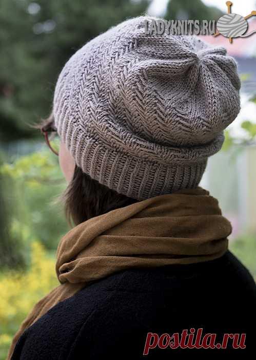 Вязаная спицами простая женская шапка с диагональным узором