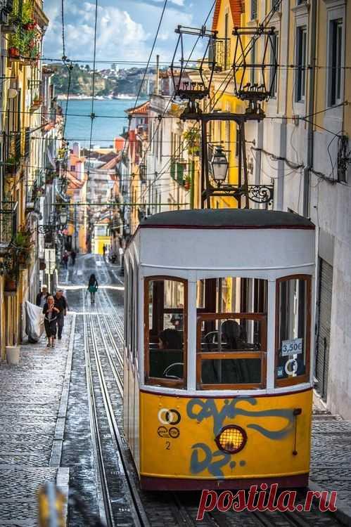 Древняя улочка Лиссабона ведущая к океану. Португалия