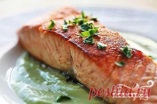 Рецепт жареный лосось - приготовление лосося обжаренного на гриле с салатом сальса из клубники огурца и сладкого перца под медовым соусом.