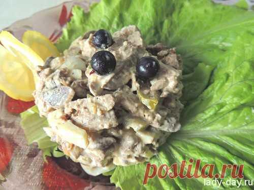 Салат с куриной печенью и шампиньонами
