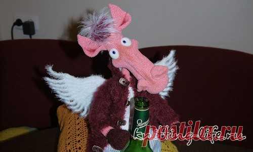 Похмельный ангел. Стихотворение про коня в пальто, который пришел утром после веселого вечера.Конь связан крючком. #крючок #спицы #конь #коньвпальто #игрушка #вязание #вязанаяжизнь #вязанаяигрушка #вязаныйконьвпальто #амигуруми #амигурумиконь