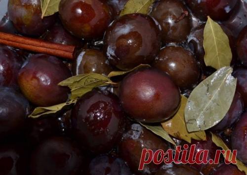 Ароматные маринованные сливы на зиму Сливы, маринованные на зиму, как оливки, хороши и с мясом, и в салатах, и как самостоятельная закуска, в которую можно добавить измельченный чеснок. По этому рецепту они получаются...