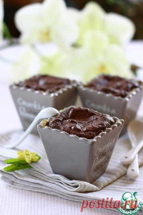Теплое шоколадное суфле с вишней.