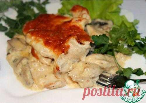 Куриное филе под нежнейшим винно-сливочным соусом с сырно-миндальной корочкой.