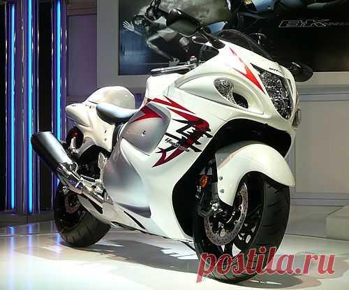 Suzuki Hayabusa. Технические и скоростные характеристики этого байка позволяют ему развивать скорость до 360 км/час. Машина имеет необычный дизайн, обусловленный аэродинамической проработкой, цель которой – более устойчивое поведение мотоцикла на дороге.