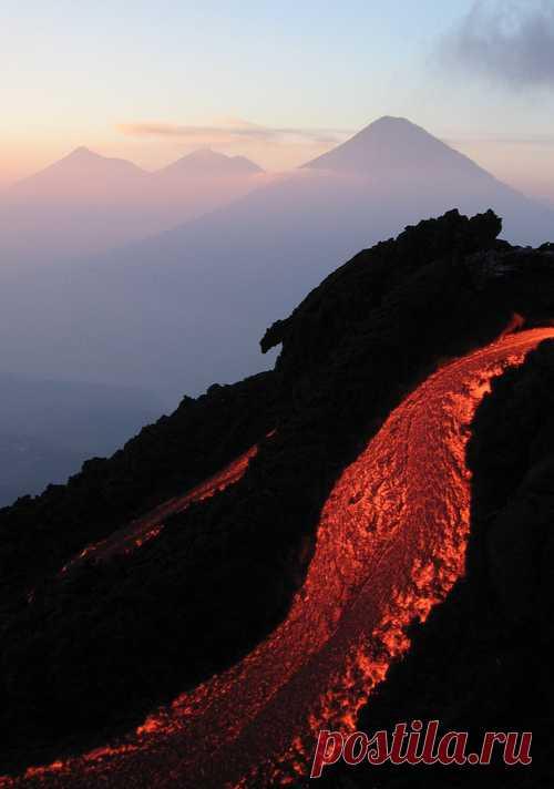 El flujo vivo de la lava volcánica. ¡El espectáculo estupendo!
