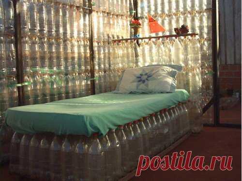 хорошая идея для летнего домика (а, может, и балкона), а всего-то пластиковые бутылки