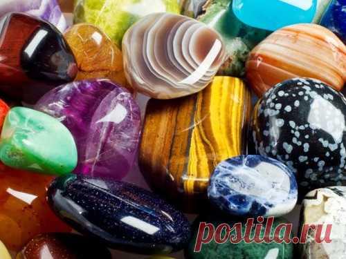 Камни для привлечения денег поЗнакам Зодиака Укаждого изнас есть определенные навыки, помогающие зарабатывать деньги. Развить или обрести эти навыки помогут камни-талисманы. Они привлекают к владельцу удачу и повышают его энергетику.