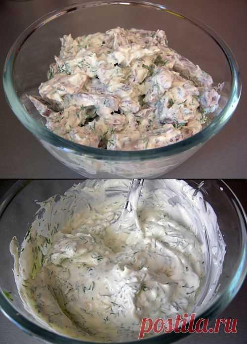 Цахтон – это классический соус грузинской (точнее, осетинской) кухни. Вообще известно много вариаций этого соуса, но основная идея заключается в смеси густого кисломолочного продукта (где-то читала, что на Кавказе используют катык) с чесноком и зеленью. Подробнее: http://www.foodclub.ru/detail/2430/
