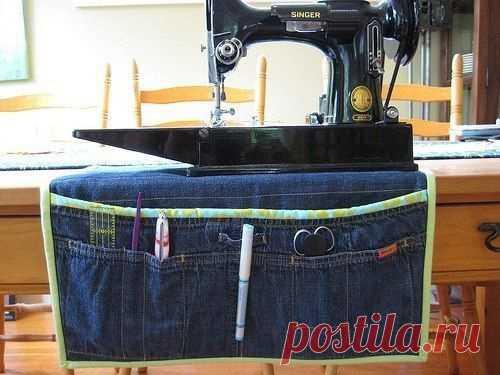 """Что сшить из старых джинсов (подборка).  Подставку под машинку (чтобы не вибрировала и чтобы защитить поверхность столешницы), с удобными карманами. Или сумку, красиво плетеную из полос. Под катом есть еще идеи, я старалась выбирать поинтереснее, не те что из года в год перепечатывают со старых постов """" Второй улицы"""":Читать дальше"""