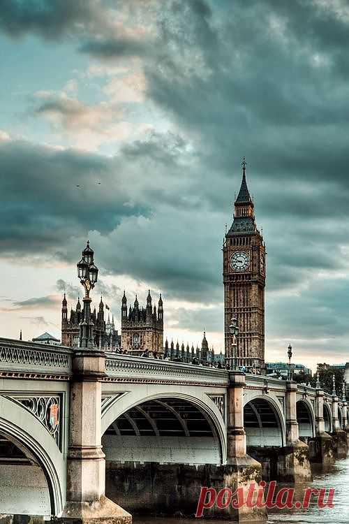 Самый большой арочный мост в Лондоне. Он соединяет северный и южный берега Темзы. В вечернее и ночное время отсюда прекрасно видны башни Аббатства, освещенные золотыми и зелеными подсветками. В непосредственной близости можно полюбоваться башней Сент-Стефан с известным Биг-Беном. Вестминстерский мост, Лондон, Англия