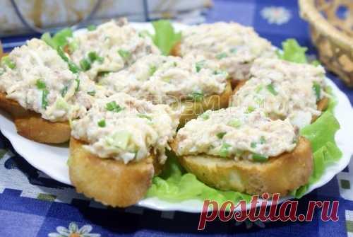 Салат из тунца с яйцом на тостах Салат из тунца с яйцом на тостах, это простая в приготовлении, но удивительно вкусная; со стола исчезает мгновенно.