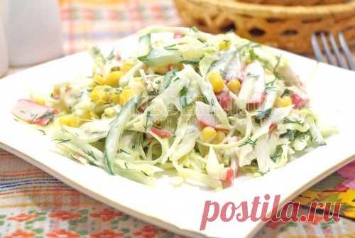 Крабовый салат с капустой Вкусный крабовый салат со свежей капустой и огурцом станет любимцем для всех, кто обожает крабовые палочки.
