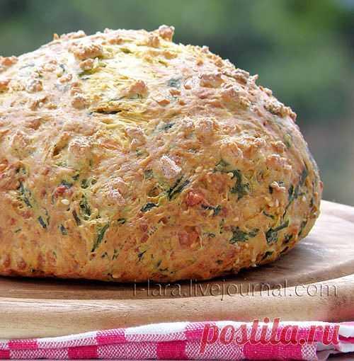 Вот такой аппетитный хлебчик с сырами и шпинатомиспекла искусница Лара на Шавуот. Вообще такой хлеб украсит стол в любое время года.