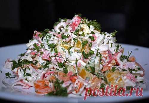 Как готовят лучшие салаты из крабовых палочек / Простые рецепты