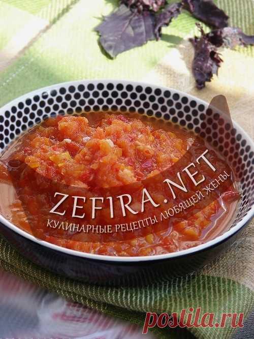 Аджика из помидор с чесноком. Здесь помимо помидоров и чеснока в аджике важную роль играют лук и яблоки, которые делают эту соус-приправу особенной.