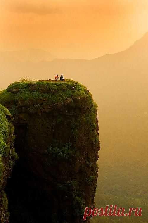 Гора около города Matheran в Индии.