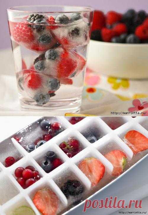 Кубики льда с фруктами и ягодами - отличная идея для жаркого лета.
