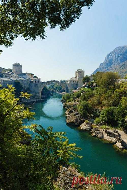 Старый мост — мост через Неретву в городе Мостар. Мост был построен в 1560-х гг во время оттоманской оккупации. Более 420 лет мост простоял, но во время югославского конфликта 1990-х был разрушен, к 2004 году восстановлен. Мостар, Герцеговина