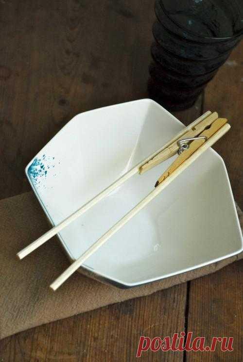 До сих пор не научились пользоваться китайскими  палочками? Берите в ресторан свои! И пусть все завидуют идее и неповторимому дизайну.