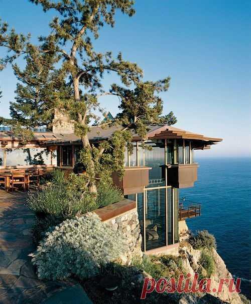 Дом на скале, у океана. Калифорния, США