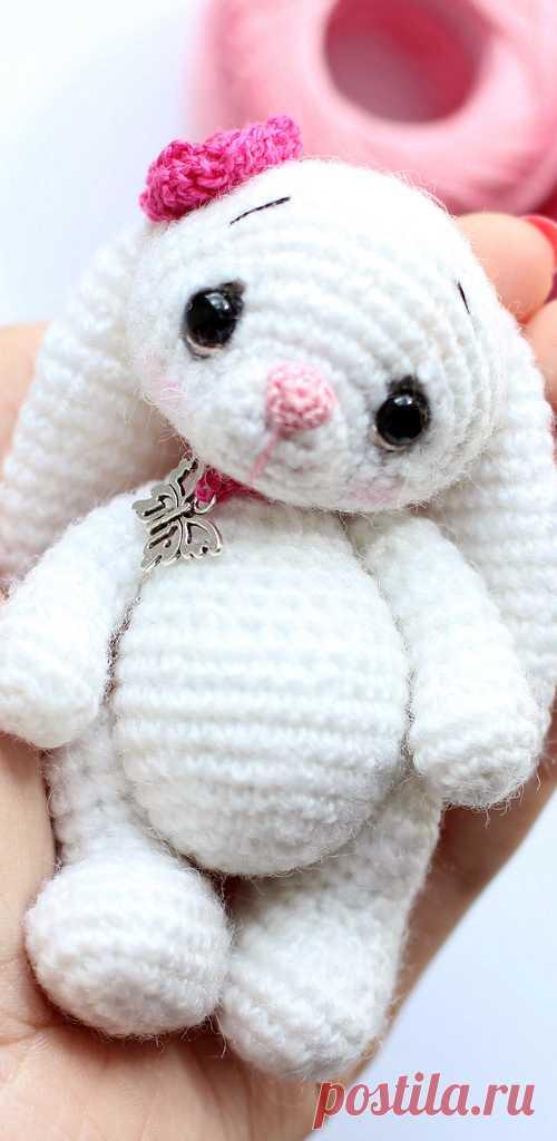 PDF Зайка Фло крючком. FREE crochet pattern; Аmigurumi doll patterns. Амигуруми схемы и описания на русском. Вязаные игрушки своими руками! Заяц, зайчик, rabbit hare, bunny liebre, conejito, coelhinho lebre, lièvre, lapin hase, zając. #амигуруми #amigurumi #amigurumidoll #amigurumipattern #freepattern #freecrochetpatterns #crochetpattern #crochetdoll #crochettutorial #patternsforcrochet #вязание #вязаниекрючком #handmadedoll #рукоделие #ручнаяработа #pattern #tutorial #häkeln #amigurumis #diy