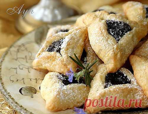 """Гоменташи (""""уши Амана"""") -  треугольные  пирожки (печенье) с маковой или другой сладкой начинкой, традиционное и всеми любимое угощение на Пурим."""